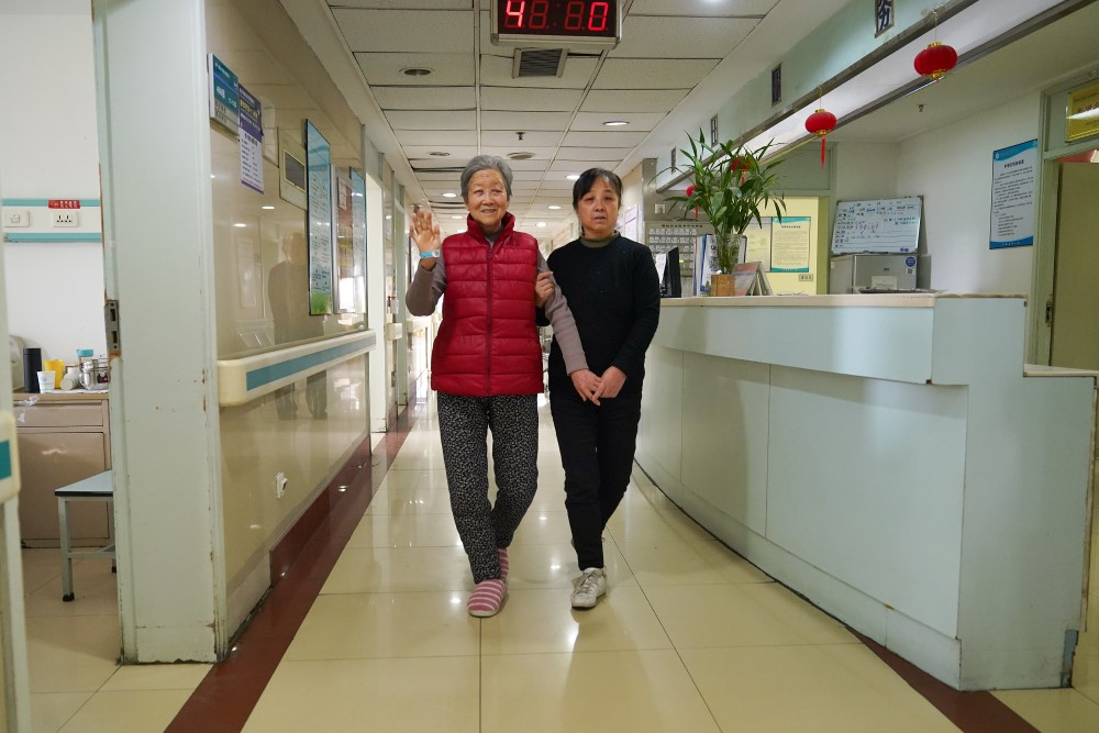 A happy patient takes a stroll post-surgery at Xi'an No.1 Hospital